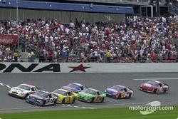 Kurt Busch y Dale Jarrett pasan frente a las gradas durante la primera carrera de la temporada, el B