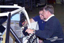 Jay Signore, PDG de l'IROC, travaille sur une voiture