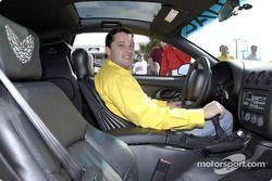 El piloto de Pontiac NASCAR Winston Cup, Tony Stewart saca a pasear el pace car Trans Am 2002 de Edi