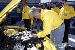 El comediante Jay Leno observa el motor de edición limitada del Trans Am 2002 de Colección al practi