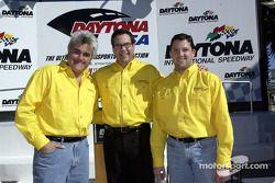 El comediante Jay Leno, el director de marca de Firebird, Bob Kraut y el piloto de la Pontiac NASCA