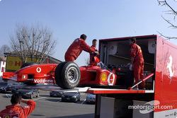 El Ferrari F2002 en el transportador