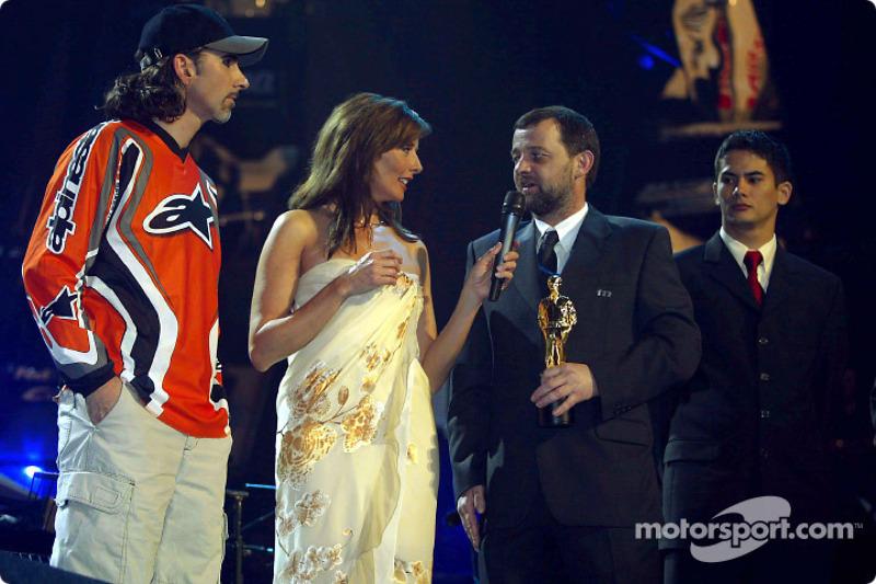 En el escenario: Damon Hill, Paul Stoddart y Alex Yoong
