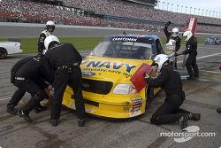 L'équipe Roush Racing travaille sur la Ford F150 de Jon Wood