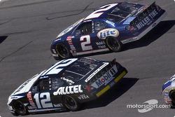 Los compañeros de equipo en Penske, Rusty Wallace y Ryan Newman compiten lado a lado