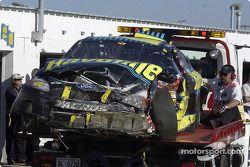 Los restos del Havoline Ford Taurus de Ricky Rudd son llevados al área de garage; Rudd se involucró