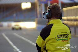 Miembro del equipo Jordan GP en la zona de pits