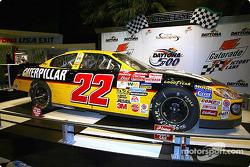 Un día después de ganar la edición 44 de las Daytona 500, Ward Burton entregó su #22 Caterpillar Do