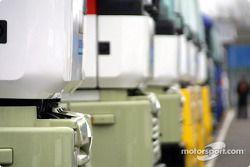 Camiones de los equipos en el paddock