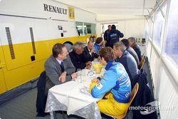 Hora del almuerzo para Jarno Trulli, Jenson Button y el equipo