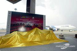El nuevo Minardi Asiatech PS02 a punto de ser presentado en la pista del aeropuerto