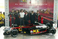 Alex Yoong, Mark Webber y Paul Stoddart presentando el nuevo Minardi Asiatech PS02