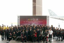 Alex Yoong, Mark Webber, Paul Stoddart y todo el equipo presentando el nuevo Minardi Asiatech PS02