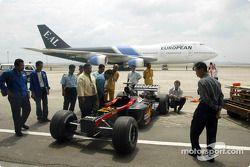 El nuevo Minardi Asiatech PS02 en la pista del aeropuerto de Kuala Lumpur