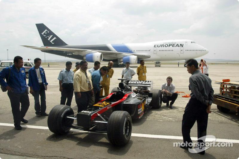 La nouvelle Minardi Asiatech PS02 sur la piste de l'aéroport de Kuala Lumpur