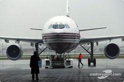 L'avion arrive au hangar DHL de l'aéroport de Bruxelles