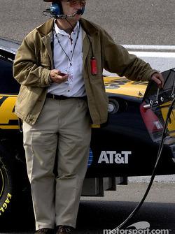 El dueño Jack Roush mantiene un registro de la competencia durante la clasificación