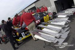Inspectores de NASCAR revisan el Ford Taurus de Rick Mast