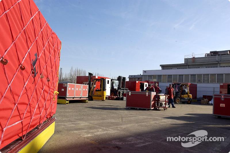 El Equipo Ferrari partiendo rumbo a Australia, en la fábrica de Maranello