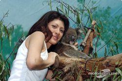 Visita al zoológico de Melbourne: la novia de Alex Yoong, Arianna Teoh con un koala