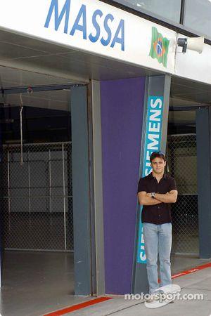 El novato de Fórmula 1, Felipe Massa viendo su nombre encima de un garage de Gran Premio por primera vez