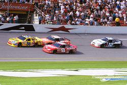 Ken Schrader luchando con Tony Stewart y Dale Earnhardt Jr.