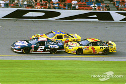 Rusty Wallace luchando con su hermano Kenny