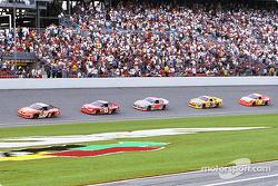 Tony Stewart delante de Dale Earnhardt Jr. y los demás