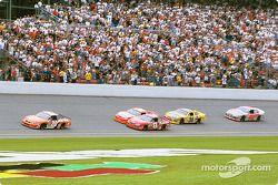 Tony Stewart mène devant Dale Earnhardt Jr et Jeff Gordon