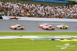Tony Stewart aventajando a Dale Earnhardt Jr., Jeff Gordon y Ken Schrader