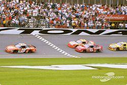 Bandera a cuadros: el ganador de la carrera, Tony Stewart, Dale Earnhardt Jr., Jeff Gordon y Ken Schrader