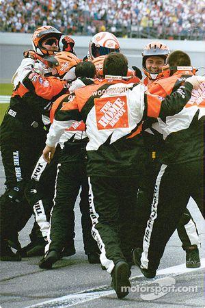 El equipo de pits de Tony Stewart celebrando la victoria