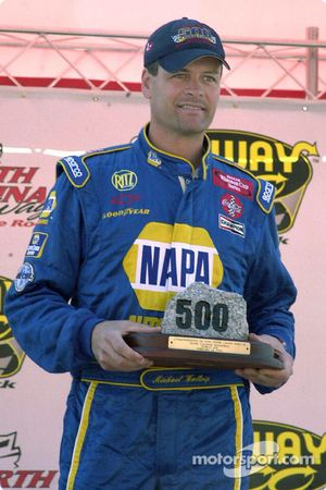 Michael Waltrip recibió una parte de The Rock de manos del presidente del North Carolina Speedway e