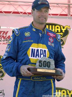 Michael Waltrip honoré par le président du Speedway North Carolina pour son 500e départ en carrière