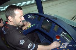 Paul Stoddart conduit un tram dans sa ville natale de Melbourne