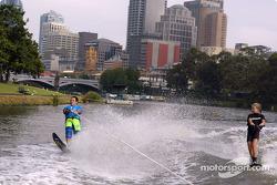 Felipe Massa esquinado sobre agua en el Río Yarra de Melbourne con la campeona australiana de 12 año