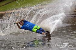 Felipe Massa esquinado sobre agua en el Río Yarra de Melbourne