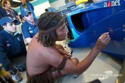 Felipe Massa y Nick Heidfeld con los Mecánicos Bush Aborígenes