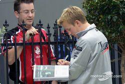 Kimi Raikkonen firmando autógrafos