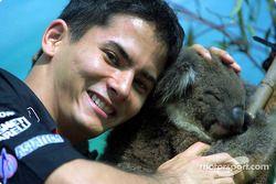 Visita al zoológico de Melbourne: Alex Yoong con un koala
