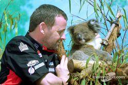 Visita al Zoológico de Melbourne: Paul Stoddart con un koala