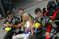 Sarah Jane posando coh Alex Yoong, Mark Webber y Paul Stoddart