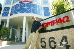 Journée Compaq : Juan Pablo Montoya à l'extérieur de l'immeuble Compaq de Melbourne