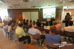 Día del piloto Compaq: Juan Pablo Montoya prueba un simulador de carreras