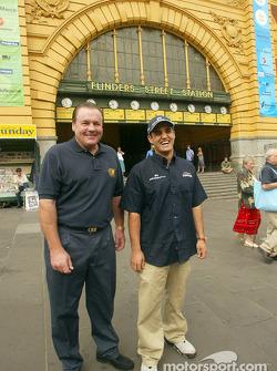 Día del piloto Compaq: Alan Jones y Juan Pablo Montoya frente a la Estación de la Calle Flinders