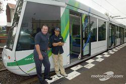 Día del piloto Compaq: Alan Jones con Juan Pablo Montoya junto a un tranvía de Melbourne