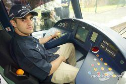 Día del piloto Compaq: Juan Pablo Montoya intenta una profesión alternativa como conductor del tranv