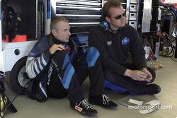 Mark Martin se reúne con el jefe de equipo, Ben Leslie