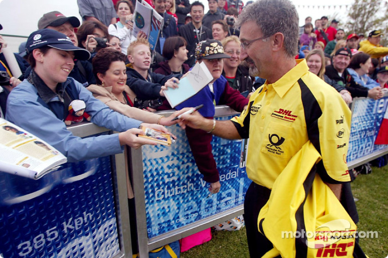 Eddie Jordan signe des autographes