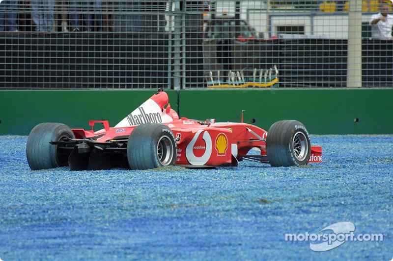 El Ferrari de Rubens Barrichello tras el accidente en el primera curva
